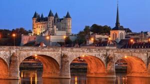 Vue de nuit de Saumur et de son chateau